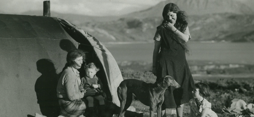 Gypsies, Loch Eriboll. ©National Trust Images/Edward Chambré Hardman Collection